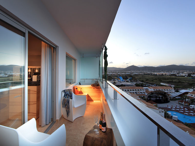 55_ushuaia-beach-hotel-anything-can-happen-suite-stag-view8