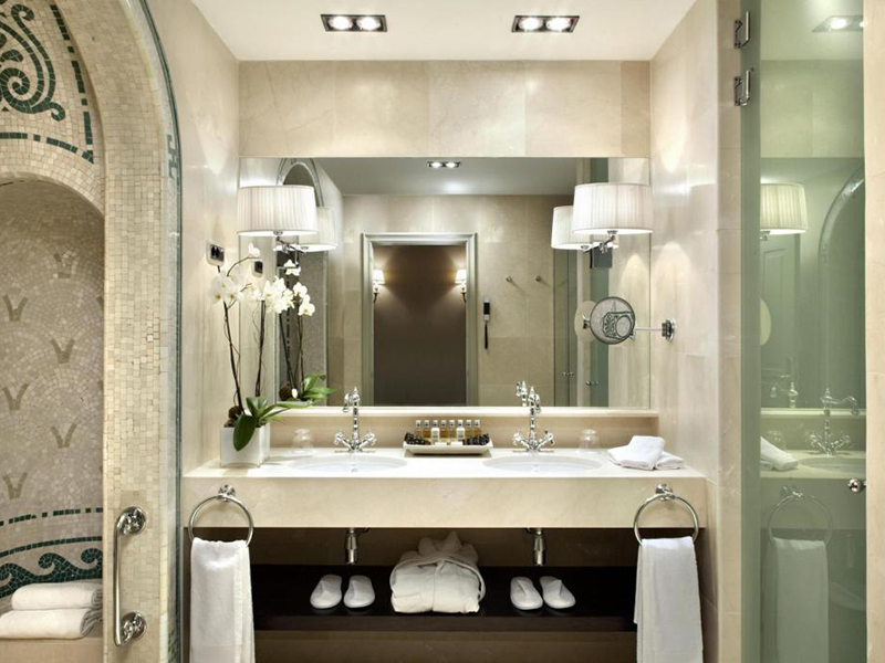 Classic Deluxe with Roman-style bathroom5