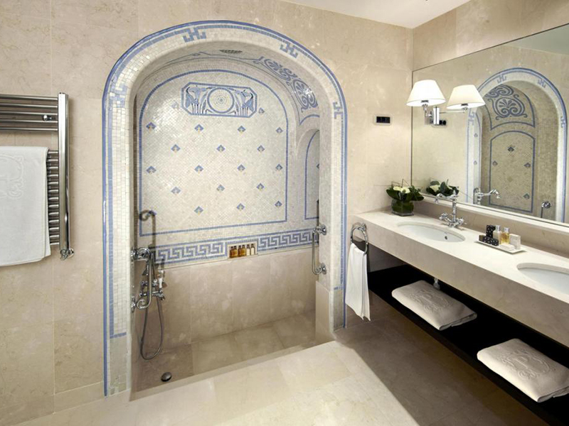Classic Deluxe with Roman-style bathroom7