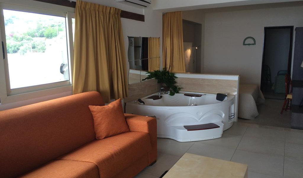 Deluxe Suite with Spa Bath-min