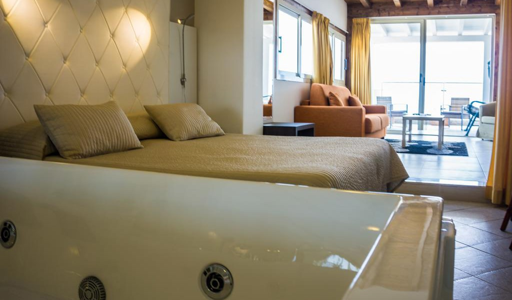 Deluxe Suite with Spa Bath10-min