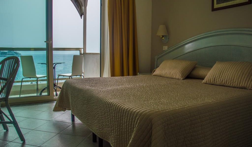 Double or Twin Room with Sea View-min