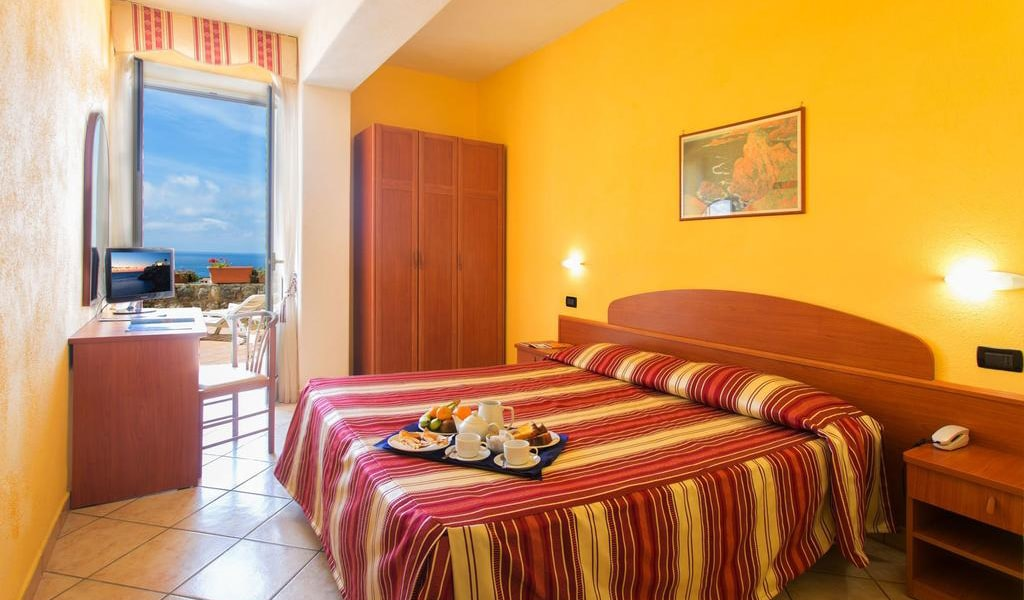 Double or Twin Room with Sea View single use-min