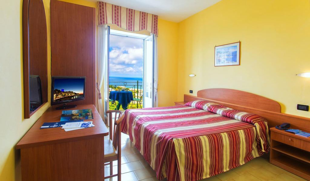 Double or Twin Room with Sea View single use3-min
