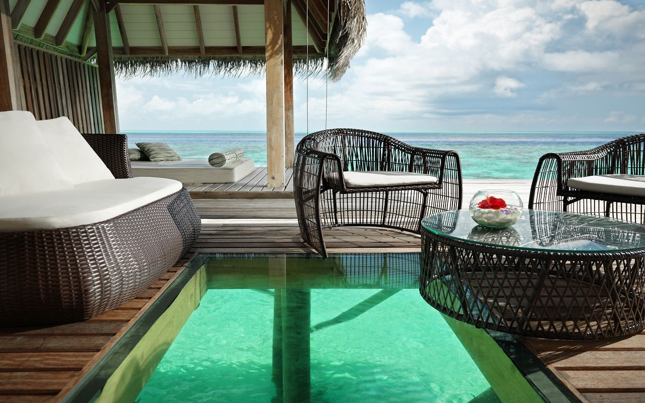 Jumeirah-Vittaveli_Ocean-Suite-with-Pool-Deck-m