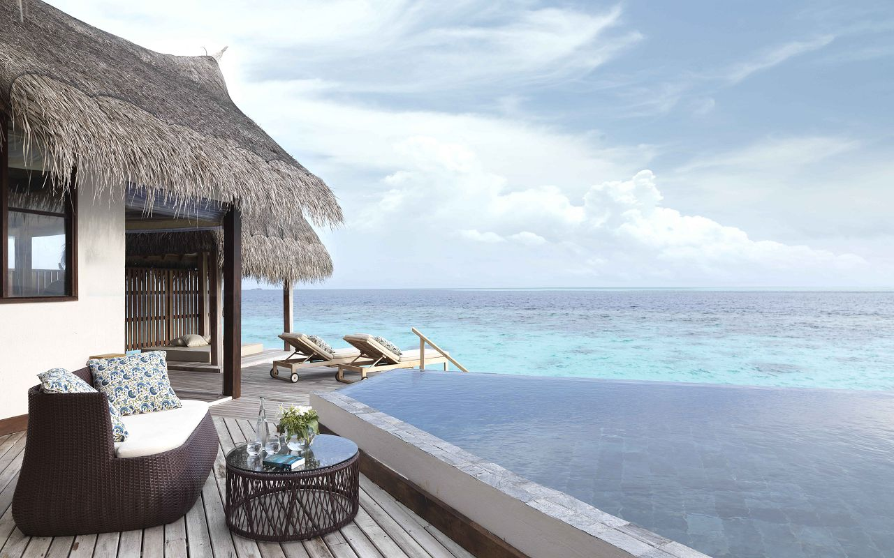 Jumeirah-Vittaveli_Ocean-Suite-with-Pool-Deck