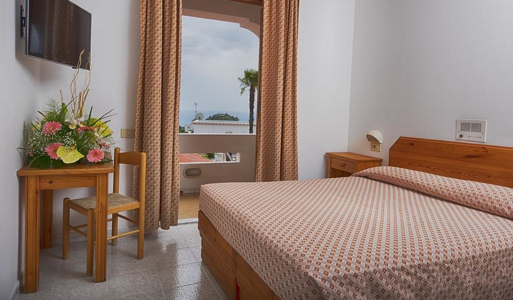 Double or Twin Room with Sea View -min