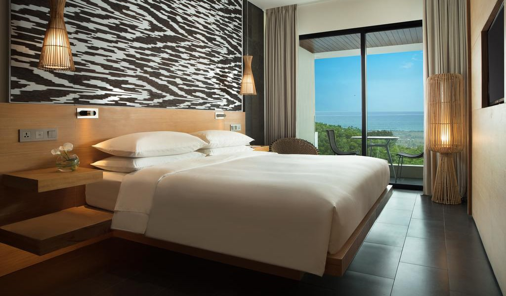 Deluxe King Room with Ocean View and Balcony 2-min