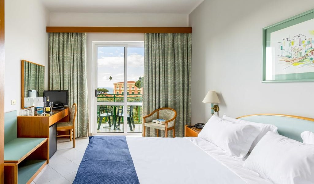 Double or Twin Room with Sea View 3-min