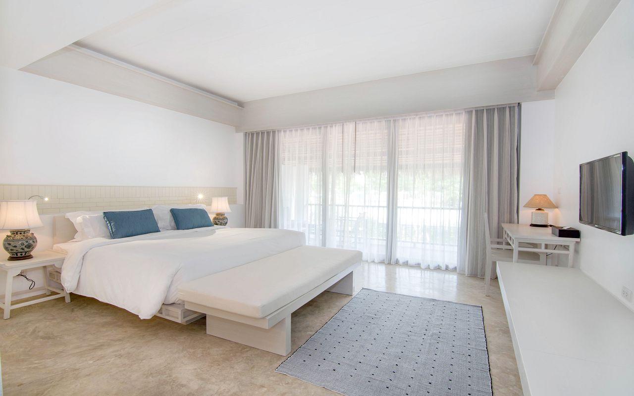00015 - Superior Hillside_King Bed