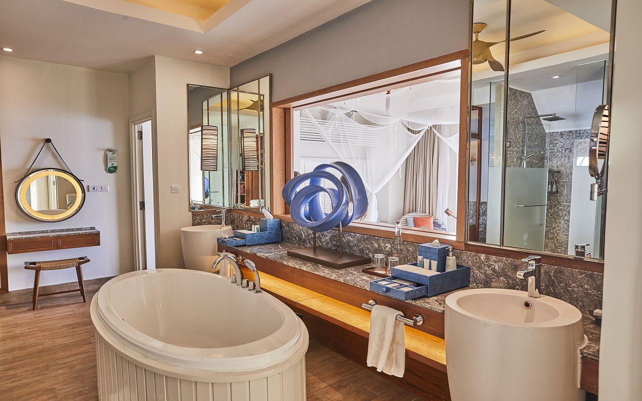 04-ocean-water-villa-bathroom