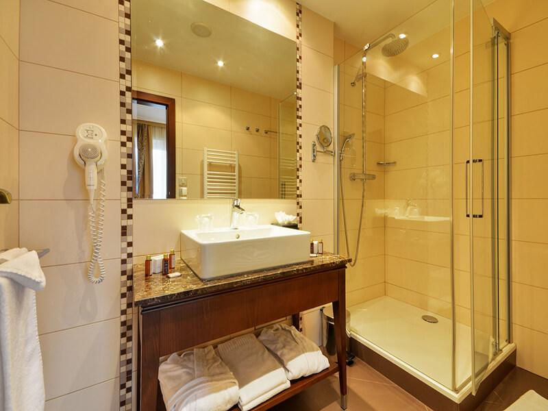 06executive-double-room-bathroom
