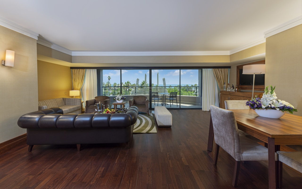 1 - JR Royal Suite - Room-min