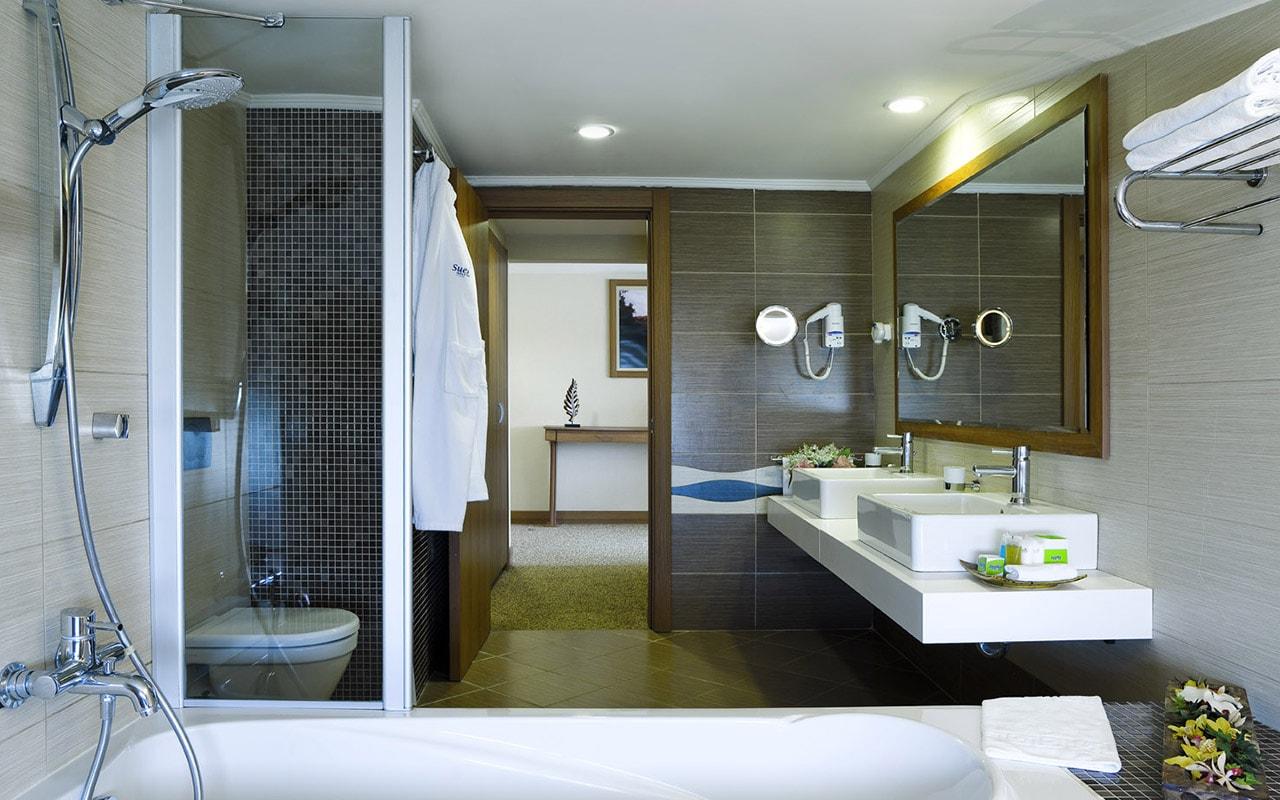 14 SHGB_Suite_Bathroom-min