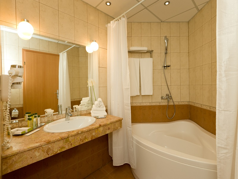 15. DoubleTree Suite - Bathroom