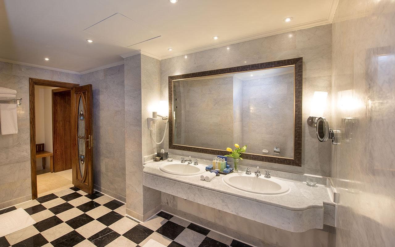 (23) Royal Suite's Bathroom-min