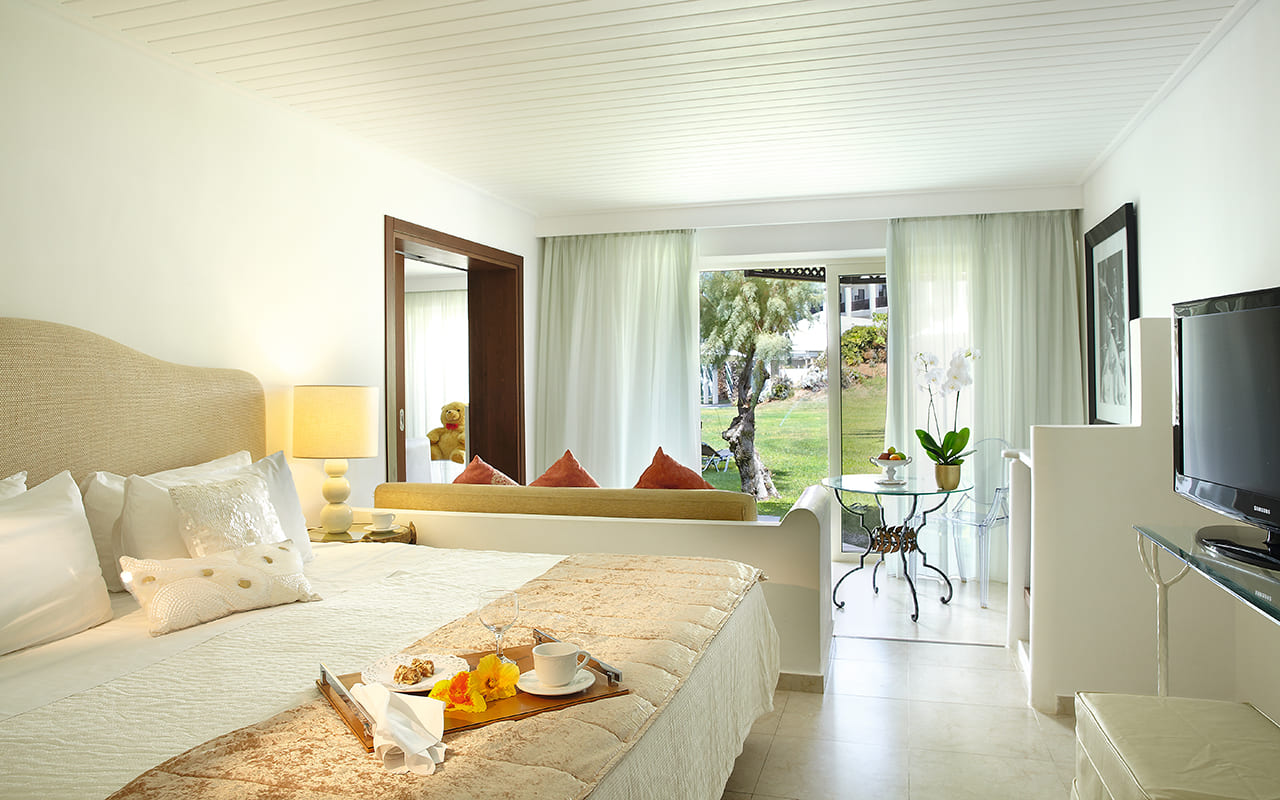 40-Palace-Family-Bungalow-Suite-Master-Bedroom-gcp