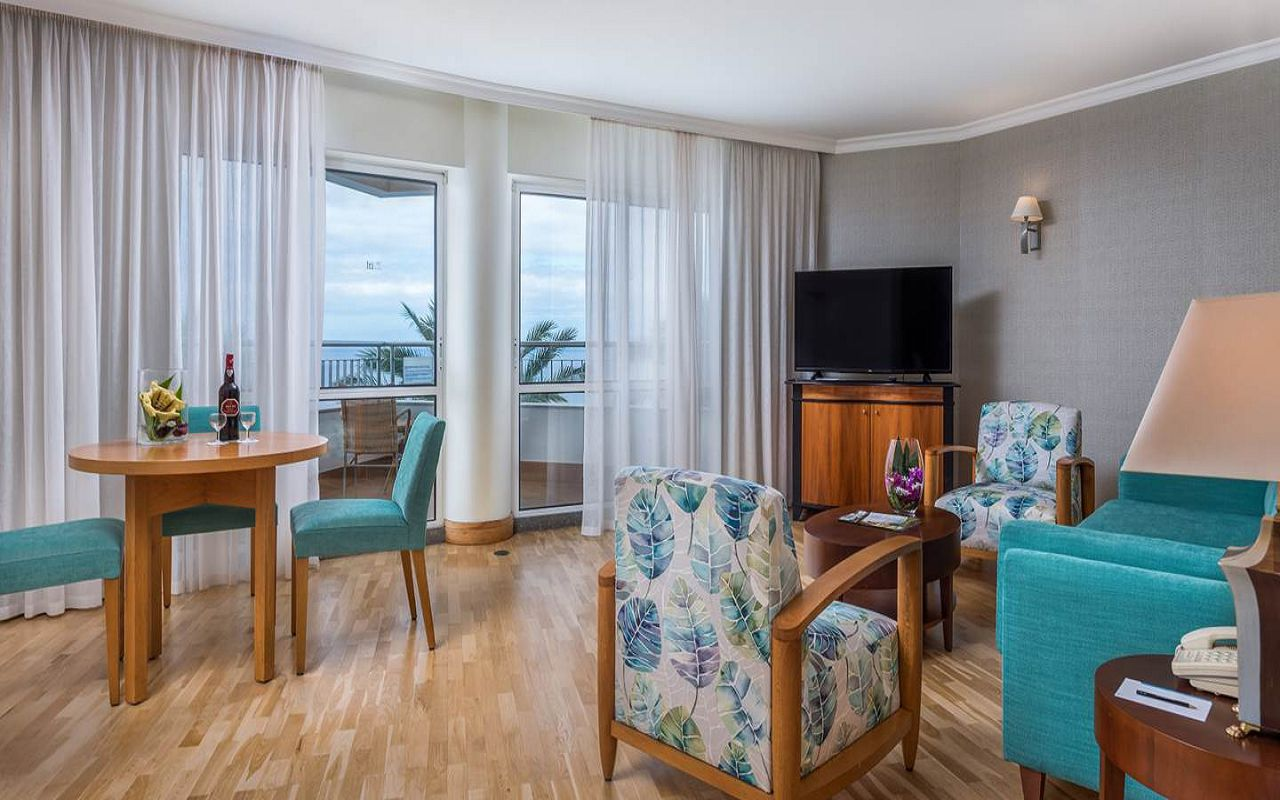 5-star-hotel-madeira-with-spa-suite-t2-living-rooms