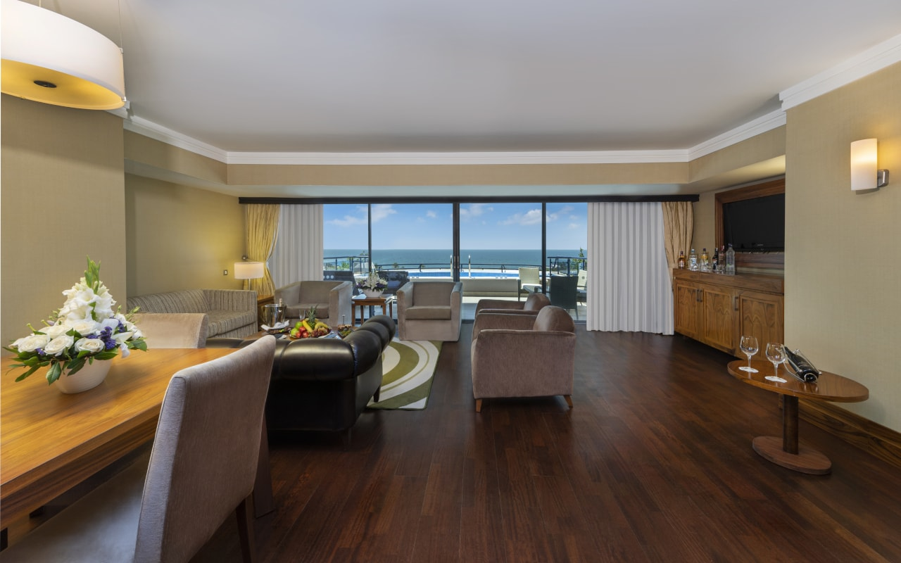 6 - Royal Suite - Room-min
