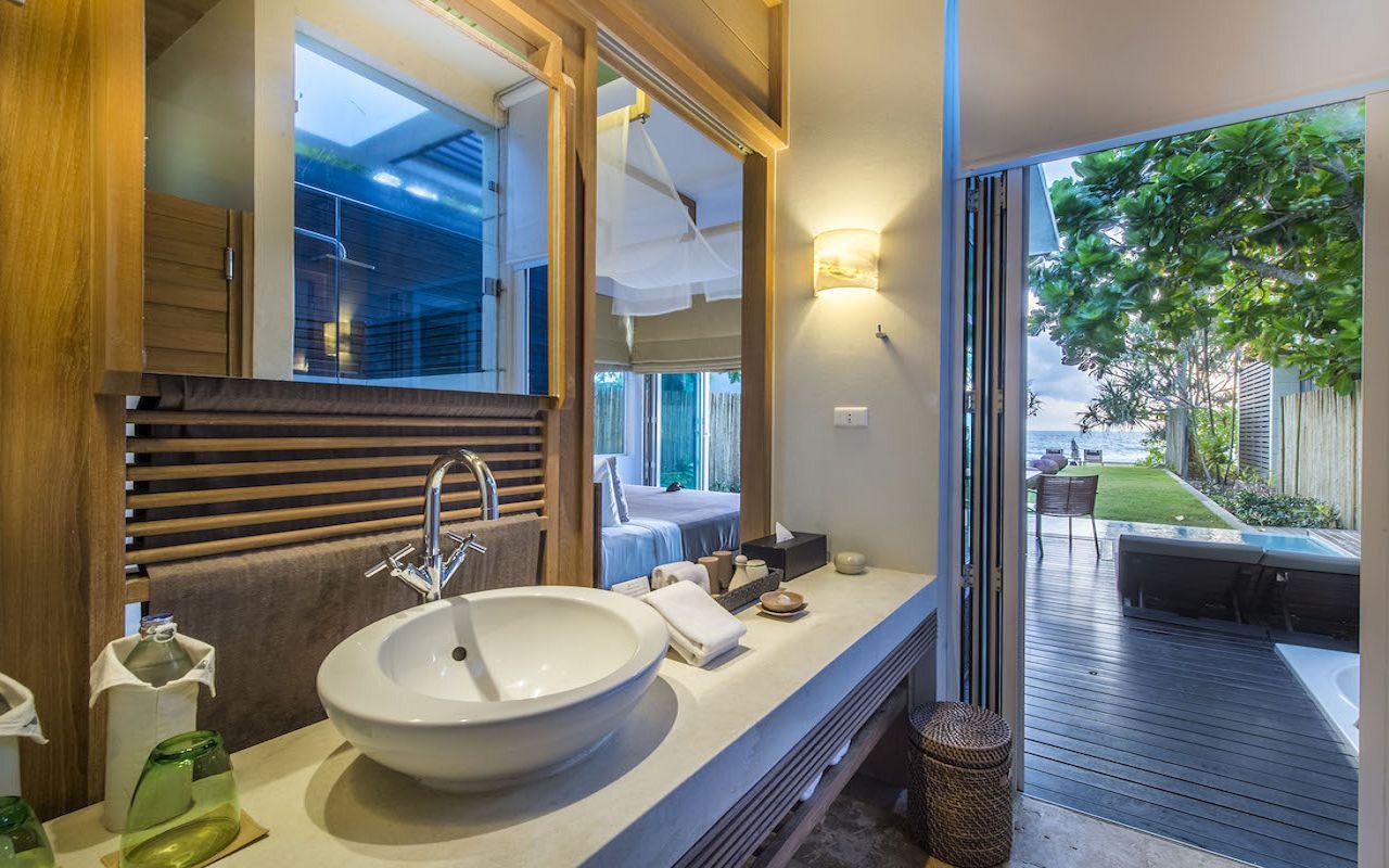 7. Pool_Suite_Bathroom V2
