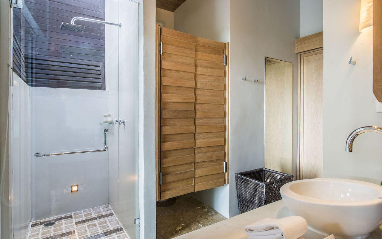 8. Pool_Suite_Bathroom V2