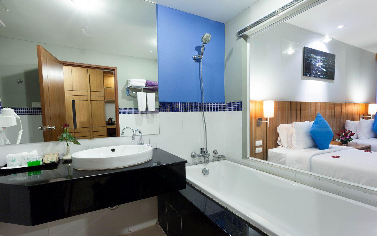 9.2Deluxe Pool Access Bathroom-min