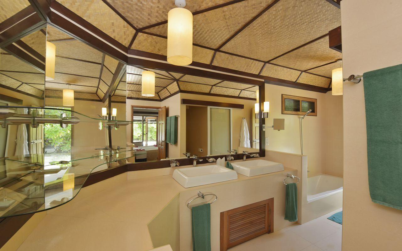 ANG-HRES-Angaga_Resort_Superior_Beach_Toilet
