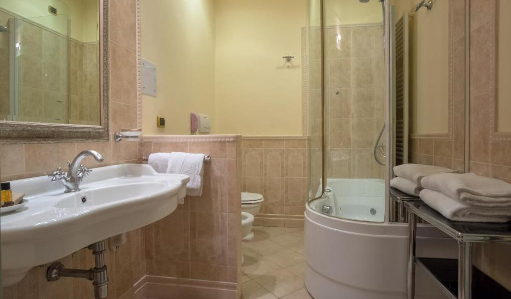 Deluxe-Double-Room-with-Spa-Access-3-min