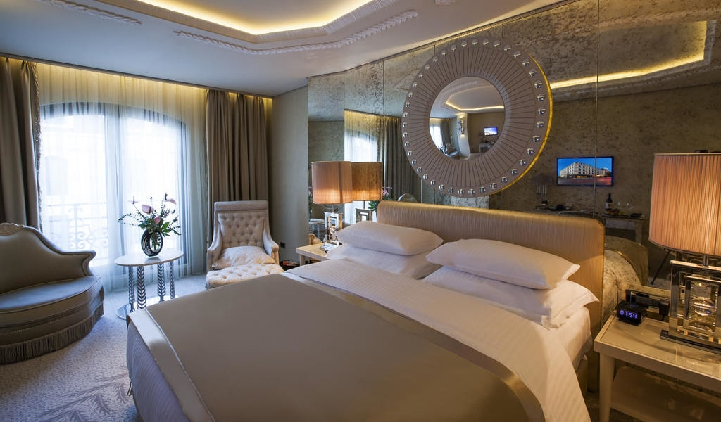 Deluxe Double or Twin Room with Partial Sea View 1-min