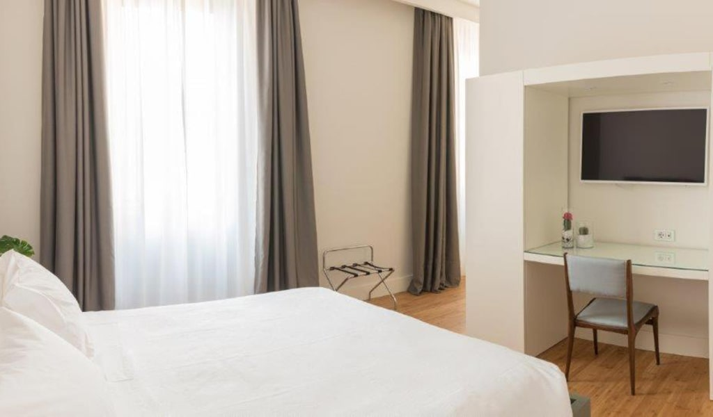 Deluxe-Junior-Suite-with-Spa-Access-min