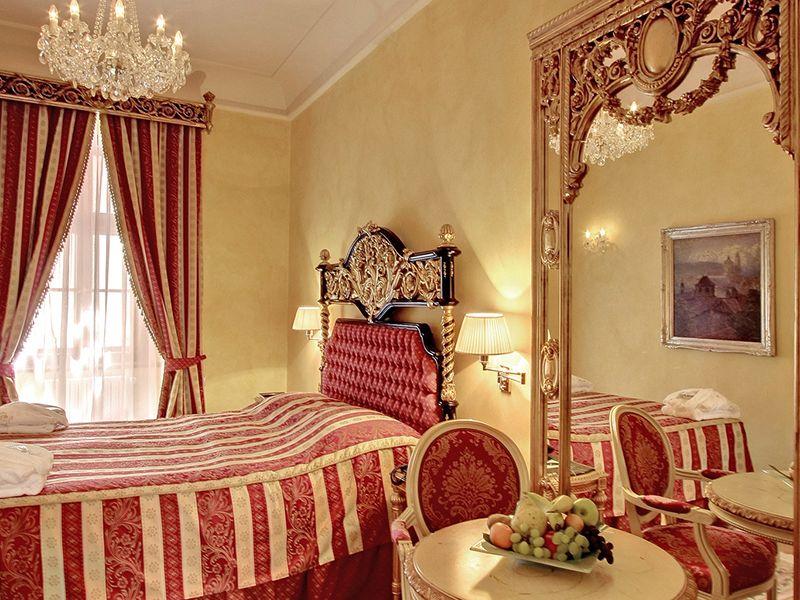 Deluxe Room with Queen Bed3