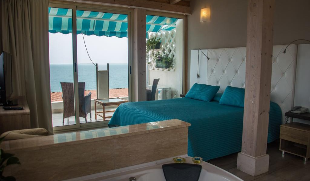 Deluxe Suite with Sea View-min
