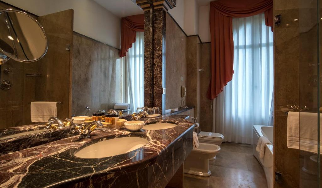 Deluxe-Suite-with-Spa-Access-5-min