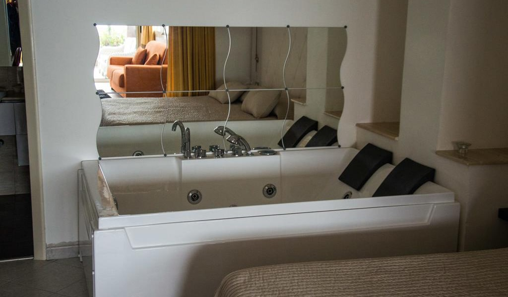 Deluxe Suite with Spa Bath6-min
