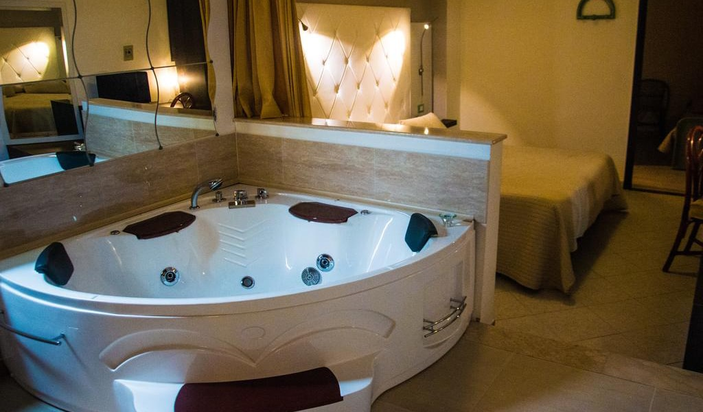 Deluxe Suite with Spa Bath7-min