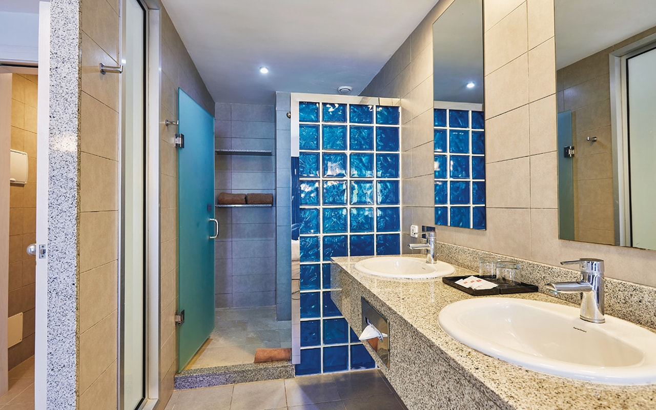 Deluxe-double-room,-bathroom-min