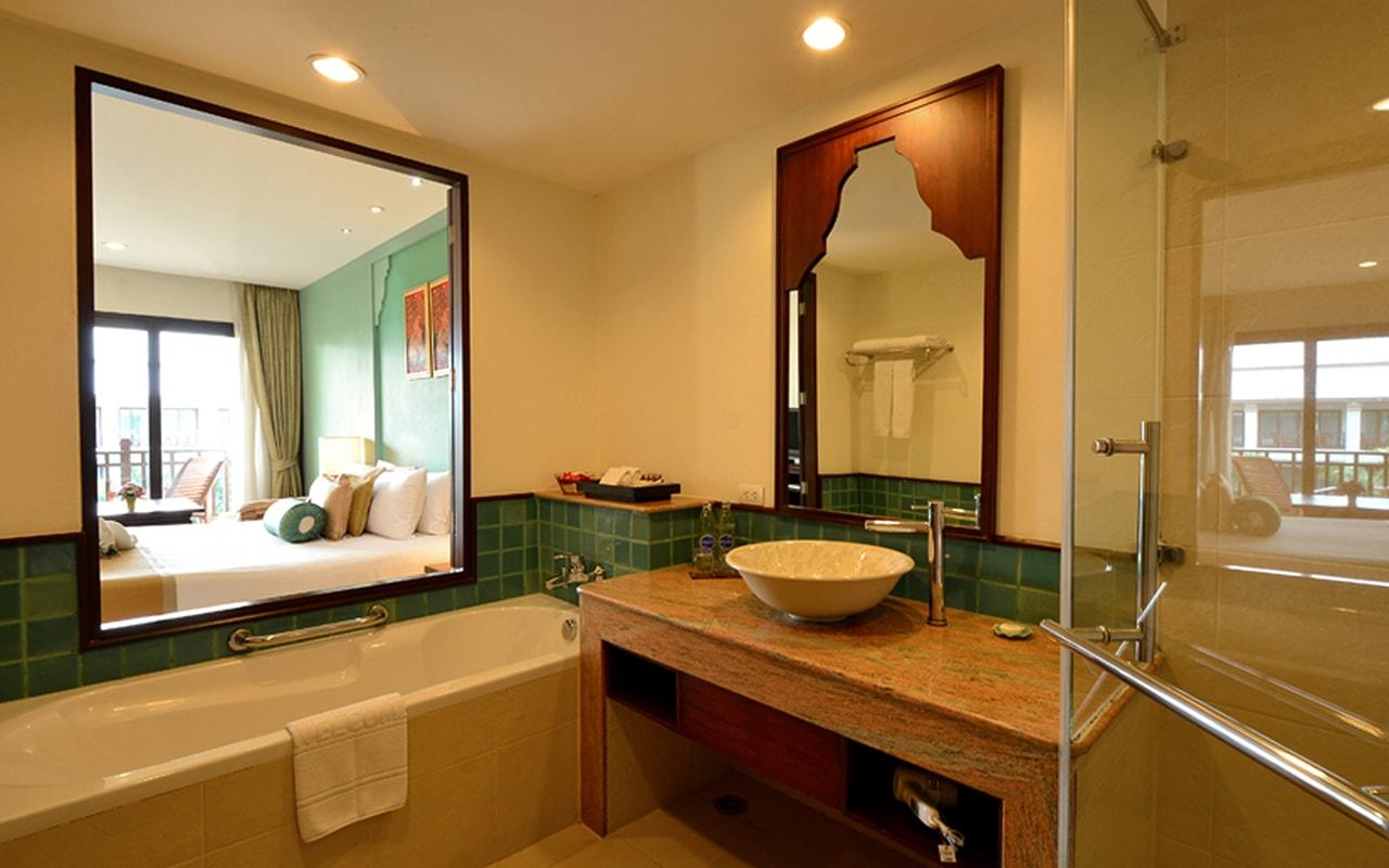 Deluxe_Bathroom-min