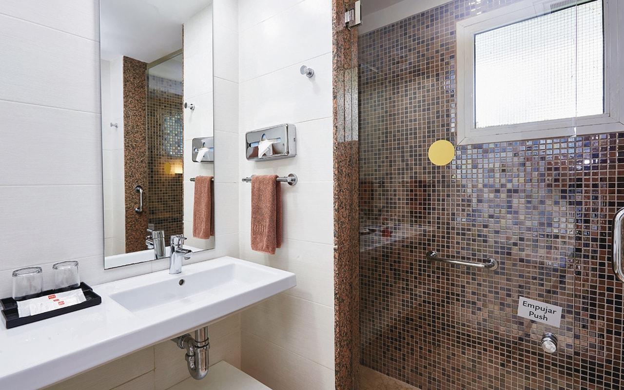 Double-room,-bathroom2-min