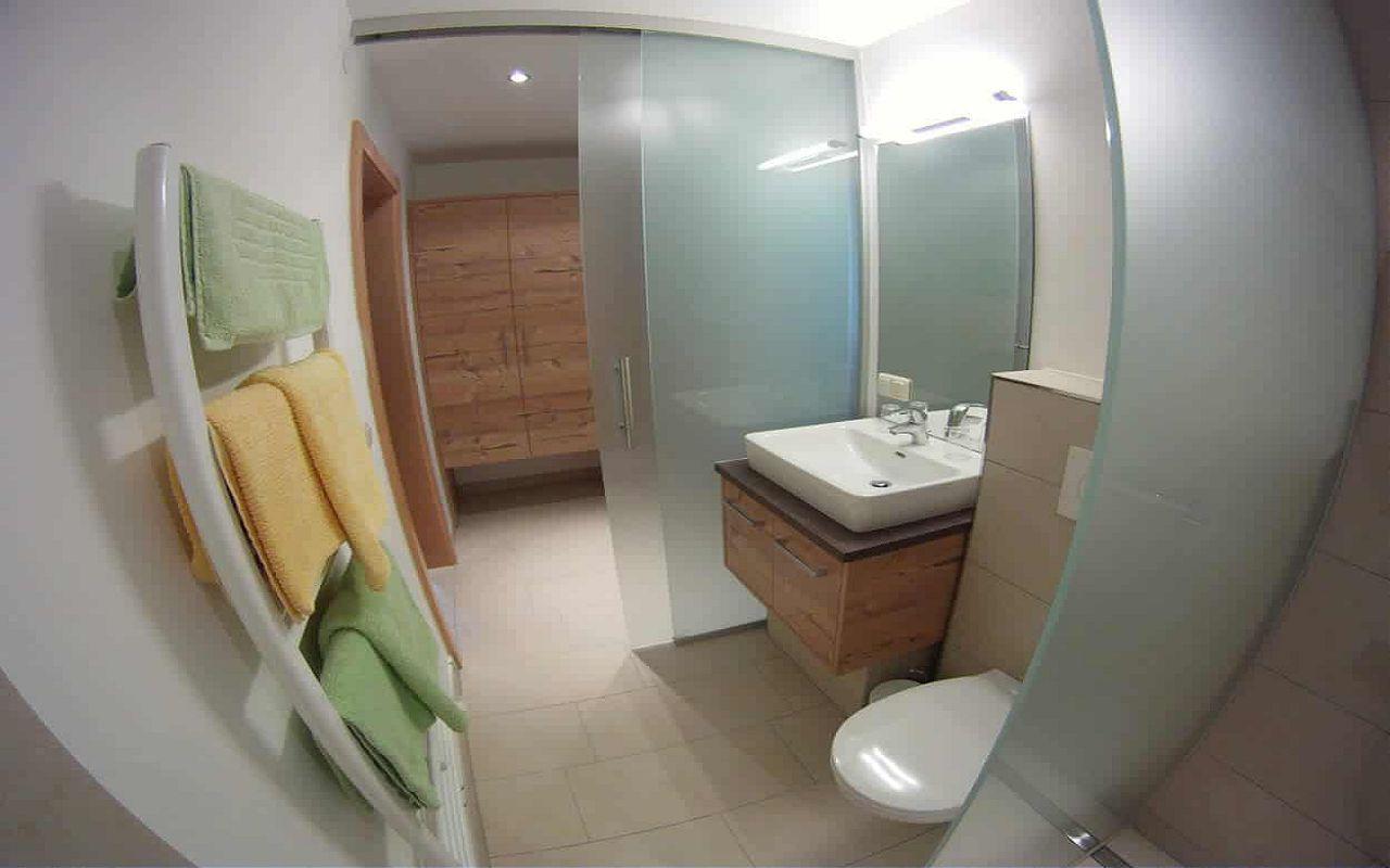 Dreibettzimmer-bad-lo