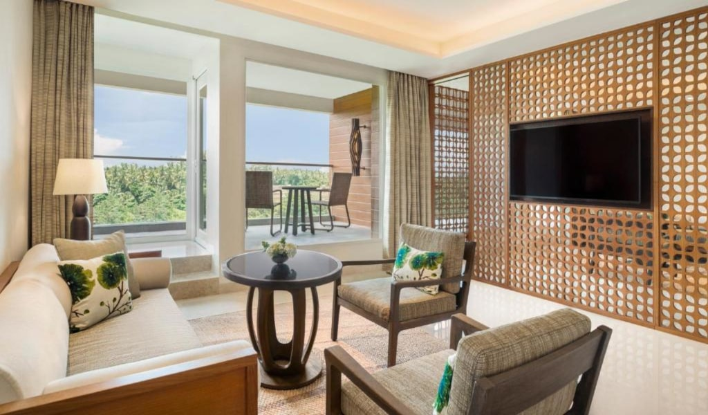 Executive Suite, 1 King, Garden view, Balcony 2-min