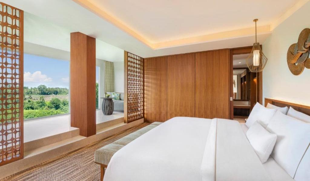 Executive Suite, 1 King, Garden view, Balcony -min