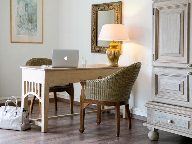 Executive Suite Sea View Main Building - Writing desk