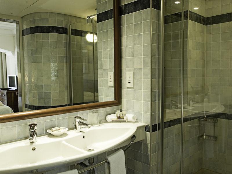 Family Cabin Suite Master Bathroom