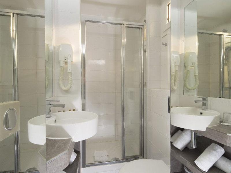 Hotel-Mondial-Paris-Chambre-Double-Single-SDB-1-G-870x580