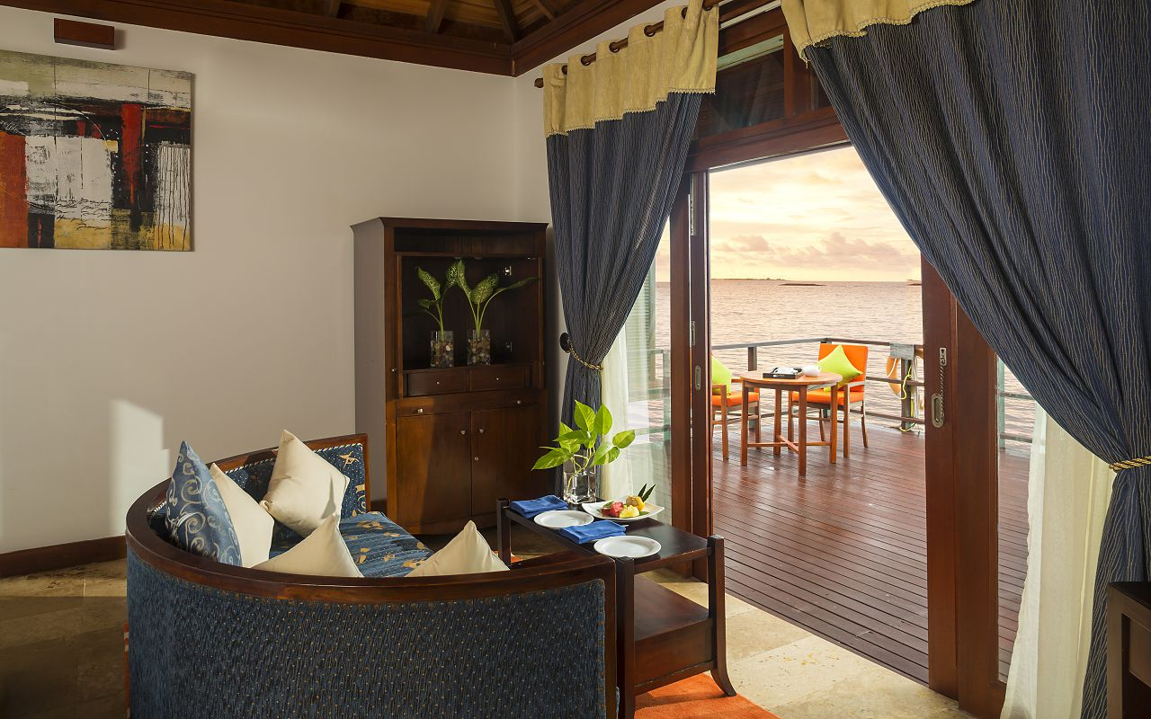 Jakuzzi Water Villa Bedroom2
