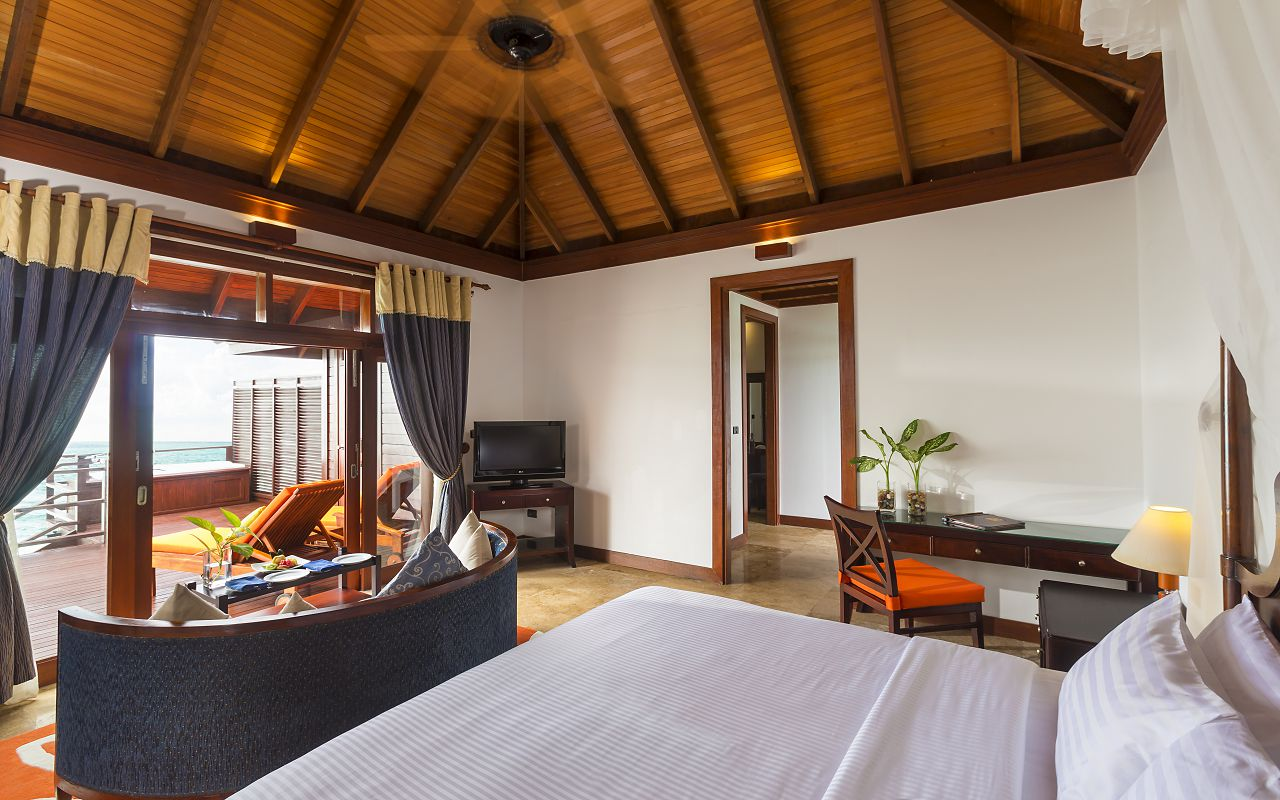 Jakuzzi Water Villa Bedroom3