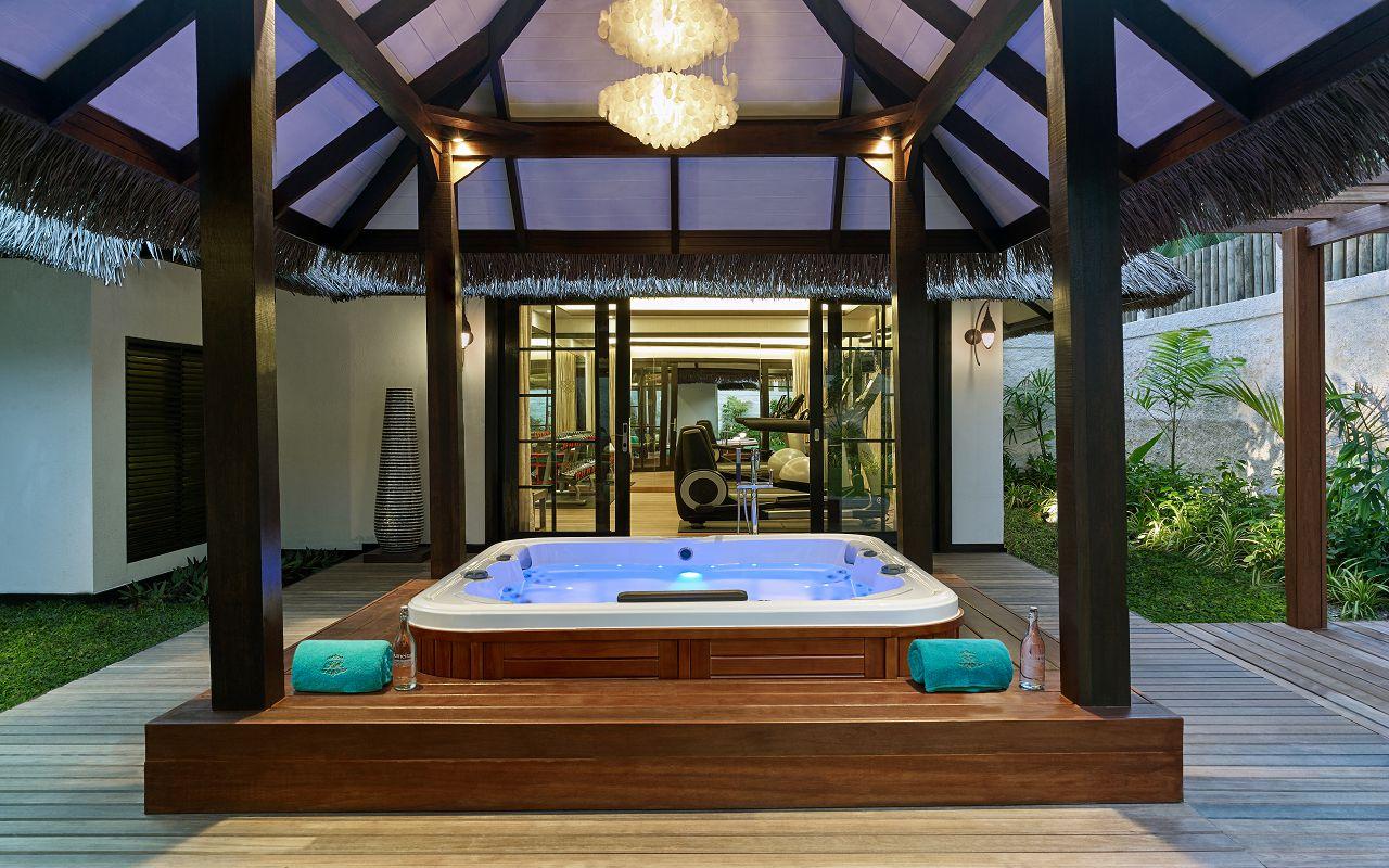 Jumeirah Vittaveli - Royal Residence - Outdoor Jacuzzi 01