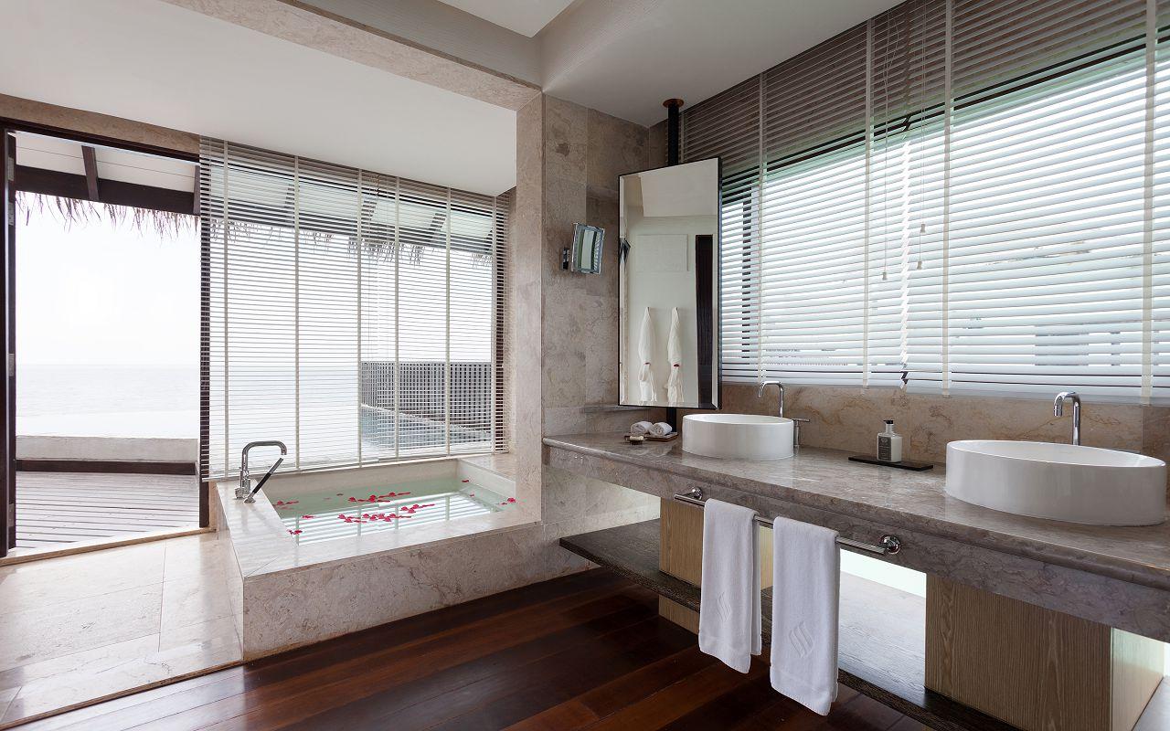 Jumeirah-Vittaveli_Water-Villa-with-Pool-Bathroom-m