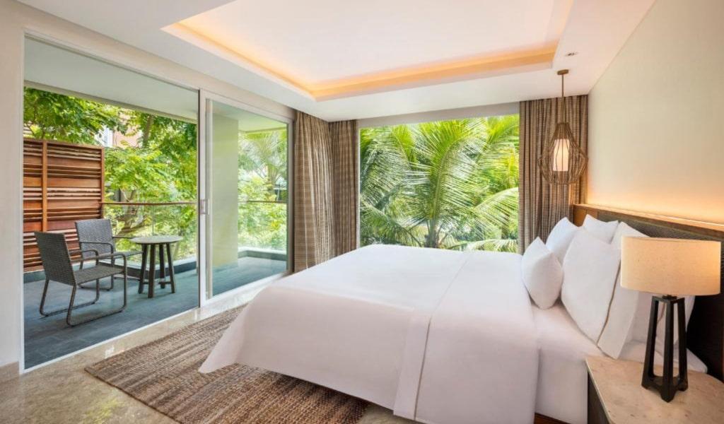 Junior Suite, 1 King, Garden view, Balcony -min