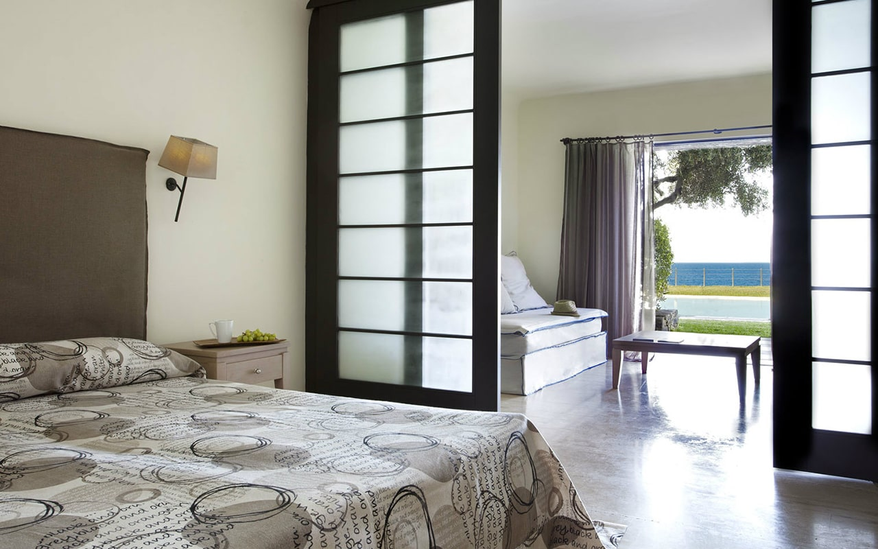 Junior-suite-sharing-pool-sea-view-min
